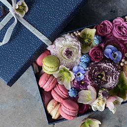 Boîte fleurie et douceurs