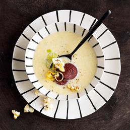 Polenta-Suppe mit Blutwurst und Orangen-Popcorn