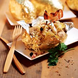 Baked potatoes mit Speck-Sauerkraut und Crème fraîche