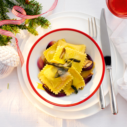 Erbsli-Ricotta-Ravioli auf Gemüseragout
