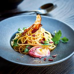 Spaghetti-Türmchen mit pochiertem Ei