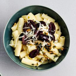 Zitronenpasta mit Oliven und Thymian
