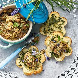 Auberginen-Kaviar auf Kräuter-Toast