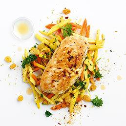 Pouletbrüstchen mit Aceto-Rosinen auf Gemüsebett