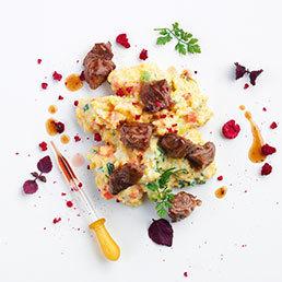 Gemüse-Polenta mit glasierten Himbeer-Rindfleischwürfeln