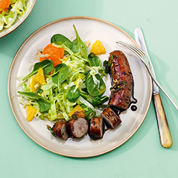 Balsamico-Bratwurst auf fruchtig-knackigem Salat