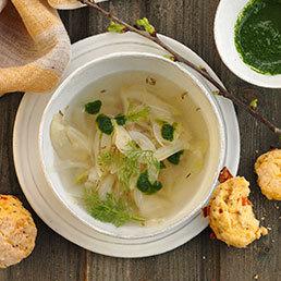 Fenchel-Gin-Suppe mit Pesto und Scones