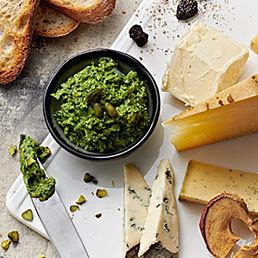 Grüne Salsa mit Käse und Röstbrot