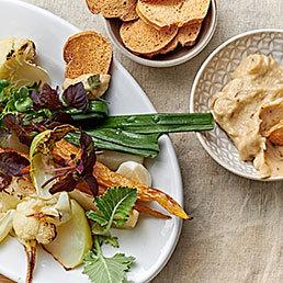 Knoblauchpüree mit Gemüse und Brot-Chips