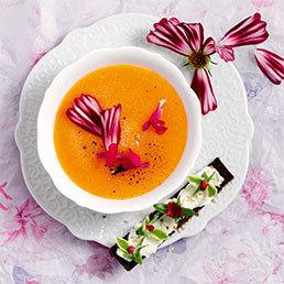 Melonen-Suppe mit Blüten-Schnittchen