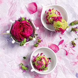 Frischkäse-Nusskugeln im Blütenmantel