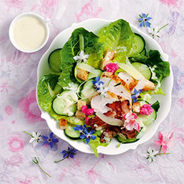 Blüten-Caesar-Salat mit Borretschblüten
