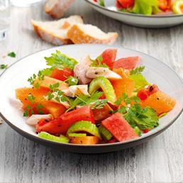 Pikanter Melonensalat mit geräucherten Forellenfilets
