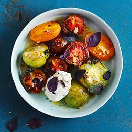 Gerösteter Tomatensalat mit Ricotta und rotem Basilikum