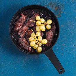 Rehmedaillons mit Balsamico-Jus und Trauben