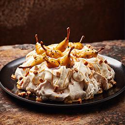 Caramel-Pavlova mit Pfefferbirnen