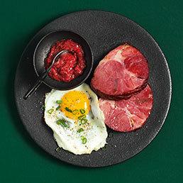 Schinkensteaks mit Ei und Apfel-Hibiskus-Senf