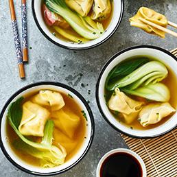 Chinesische Ravioli in klarer Suppe