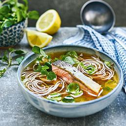 Miso-Suppe mit Lachs und Soba-Nudeln