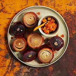 Geschmorte Zwiebeln mit Senf-Aprikosen-Chutney