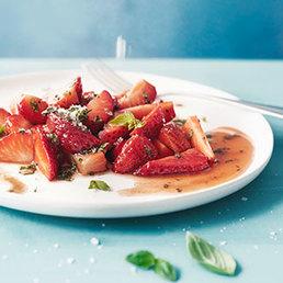 Erdbeer-Salat mit  Basilikum-Zucker und Kürbiskernöl