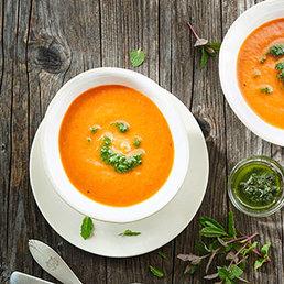 Geröstete-Peperoni-Suppe mit Pfefferminzöl