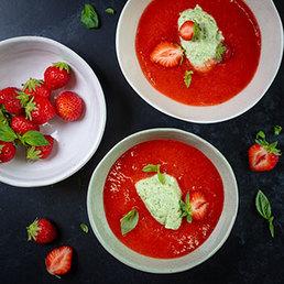 Erdbeersuppe mit Basilikum-Mousse