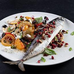 Ganze Makrele mit gebratenem Gemüse