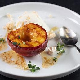 Gebratene Pfirsiche mit Meringue-Glace