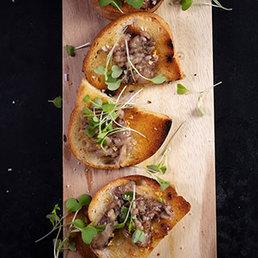 Markbeine mit Knoblauch und geröstetem Brot