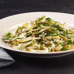 Salat mit Zucchini, Gurken, Kräutern und Frischkäse