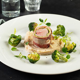 Schweinsfilet im Wirzmantel mit Soisson-Bohnen-Püree und Broccoli