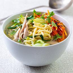 Asiatische Bouillon mit hausgemachten Nudeln und zerzupftem Huhn