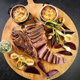 T-Bone-Steak mit Knoblauch und Markbein