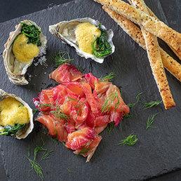 Überbackene Austern, graved Lachs mit Randen und Blätterteig Flûtes
