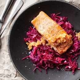 Salade tiède de chou rouge au saumon