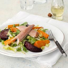 Bunter Endivien-Salat mit geräucherter Forelle