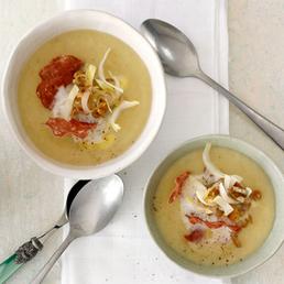 Chicorée-Suppe mit Salami und Baumnüssen