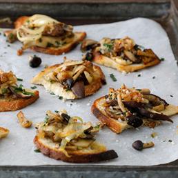 Crostinis aux  champignons et aux oignons confits