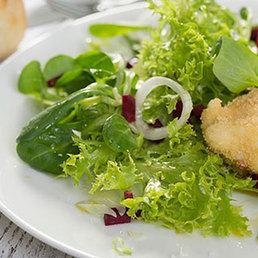 Verlorene Eier mit Salat