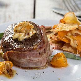 Tournedos mit Knoblauch-Butter und Gemüse-Chips-Gratin