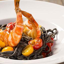 Tintenfisch-Pasta mit Knoblauch-Chili-Crevetten und Tomaten