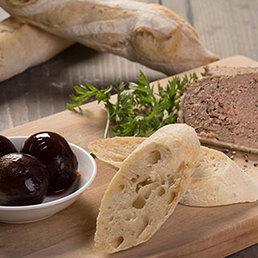 Bauernterrie mit Rotwein-Cipolle und Baguette