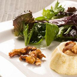 Gruyère-Flan mit Jungsalat und caramelisierten Nüssen