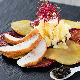 Gebratenes Randen-Carpaccio mit Kaviar und geräucherter Stör