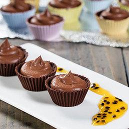 Choco-Töpfli mit Choco-Mousse und Passionsfrüchten