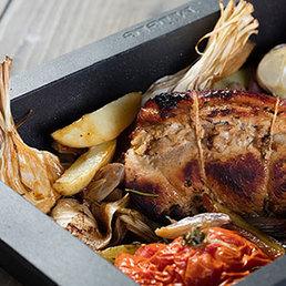 Spanferkelbraten mit Kartoffeln und Gemüse