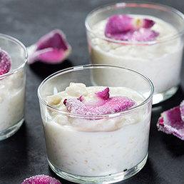 Milchreis mit kandierten Rosenblätter