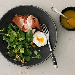 Nüsslisalat mit pochiertem Ei und Rohschinken
