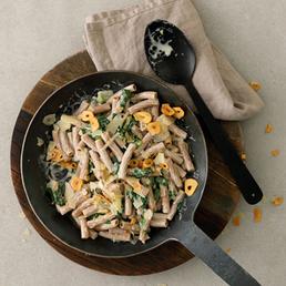Dinkelpasta mit Mangold und Knoblauch-Chips